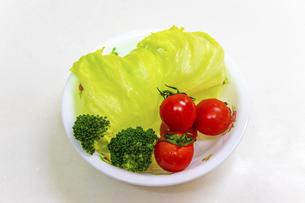 生野菜のサラダの写真素材 [FYI04813100]