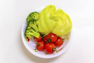 白い皿に盛られた新鮮な野菜の写真素材 [FYI04813101]