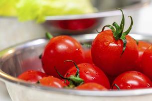 金属のボウルに盛られた新鮮な野菜の写真素材 [FYI04813106]