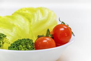 新鮮な生野菜のサラダの写真素材 [FYI04813108]