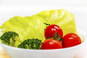新鮮な野菜のサラダの写真素材 [FYI04813109]