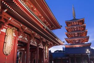 浅草寺宝蔵門と五重塔の夕景の写真素材 [FYI04813169]