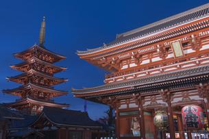 浅草寺宝蔵門と五重塔の夜景の写真素材 [FYI04813171]