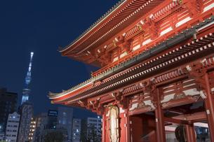 浅草寺宝蔵門とスカイツリーの夜景の写真素材 [FYI04813175]