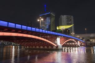隅田川に掛る吾妻橋のライトアップとオフィスビルの写真素材 [FYI04813176]