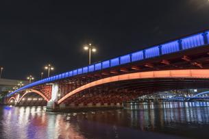 吾妻橋のライトアップの写真素材 [FYI04813178]