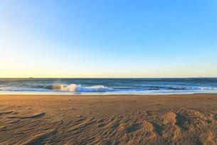 朝の浜辺に寄せる波の写真素材 [FYI04813239]