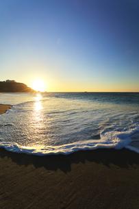 浜辺に寄せる波と朝日の写真素材 [FYI04813242]