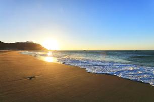 朝の渥美半島恋路ヶ浜に寄せる波と朝日の写真素材 [FYI04813243]