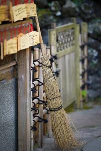 長谷寺の絵馬と竹ボウキの写真素材 [FYI04813681]