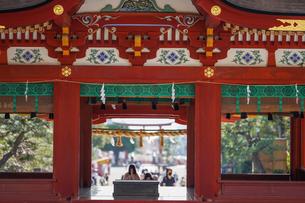 鶴岡八幡宮舞殿と遠景の写真素材 [FYI04813683]