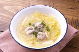 白菜と肉だんごのスープの写真素材 [FYI04813765]