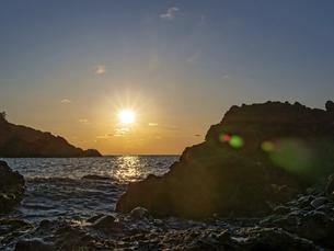 晴れの日の波打ち際の夕暮れの写真素材 [FYI04813813]