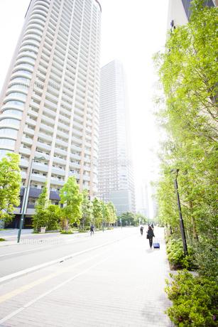 武蔵小杉の高層マンション群と新緑の写真素材 [FYI04814007]