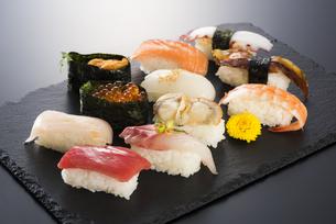 寿司の盛り合わせの写真素材 [FYI04814027]