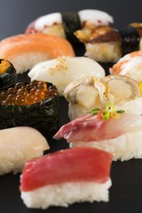 寿司の盛り合わせの写真素材 [FYI04814028]