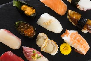 寿司の盛り合わせの写真素材 [FYI04814030]