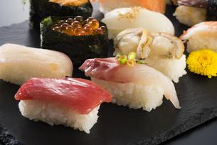 寿司の盛り合わせの写真素材 [FYI04814032]