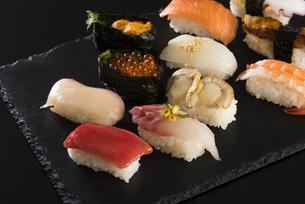 寿司の盛り合わせの写真素材 [FYI04814034]
