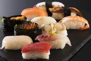 寿司の盛り合わせの写真素材 [FYI04814035]