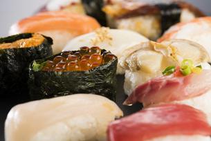 寿司の盛り合わせの写真素材 [FYI04814038]