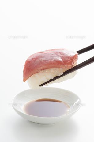 握り寿司と醤油の写真素材 [FYI04814046]