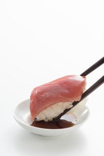 握り寿司と醤油の写真素材 [FYI04814048]