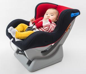 チャイルドシートに座る赤ちゃんの写真素材 [FYI04814093]