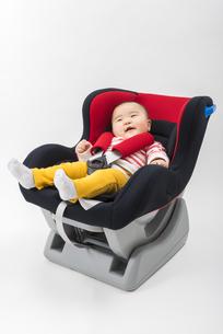 チャイルドシートに座る赤ちゃんの写真素材 [FYI04814094]