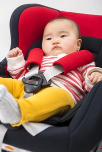 チャイルドシートに座る赤ちゃんの写真素材 [FYI04814095]