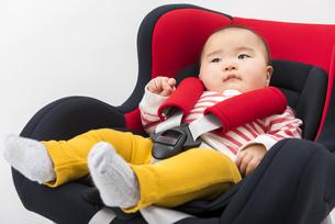 チャイルドシートに座る赤ちゃんの写真素材 [FYI04814096]