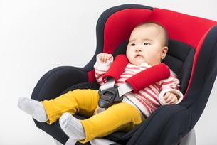 チャイルドシートに座る赤ちゃんの写真素材 [FYI04814097]