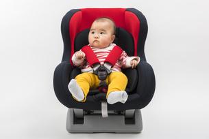 チャイルドシートに座る赤ちゃんの写真素材 [FYI04814098]