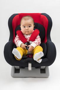 チャイルドシートに座る赤ちゃんの写真素材 [FYI04814099]