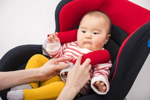 チャイルドシートにのせられる赤ちゃんの写真素材 [FYI04814100]