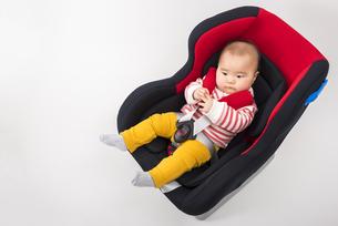 チャイルドシートに座る赤ちゃんの写真素材 [FYI04814101]