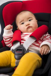 チャイルドシートに座る赤ちゃんの写真素材 [FYI04814102]