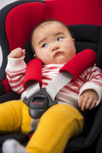 チャイルドシートに座る赤ちゃんの写真素材 [FYI04814103]