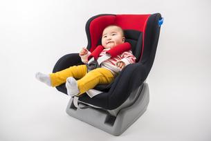 チャイルドシートに座る赤ちゃんの写真素材 [FYI04814104]