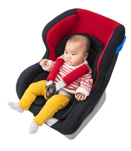 チャイルドシートに座る赤ちゃんの写真素材 [FYI04814105]