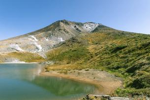 北海道 大雪山旭岳の秋の風景 姿見の池の写真素材 [FYI04814657]