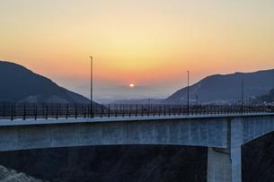 新阿蘇大橋 うららかな春の季節 美しい夕焼け空を背景に阿蘇大橋風景 の写真素材 [FYI04814690]