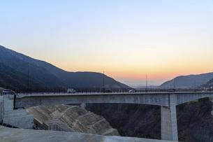 新阿蘇大橋 うららかな春の季節 美しい夕焼け空を背景に阿蘇大橋風景 の写真素材 [FYI04814704]