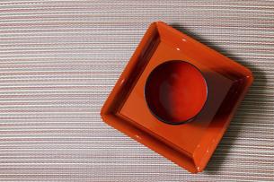 四角い漆塗りの器とお椀の写真素材 [FYI04814735]