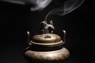 黒バックの香炉の写真素材 [FYI04814739]