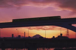 東京遠望 富士山暮色と観覧車と舎人ライナーの写真素材 [FYI04814949]