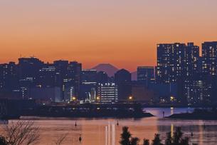 東京遠望 お台場からの富士暮色の写真素材 [FYI04814961]