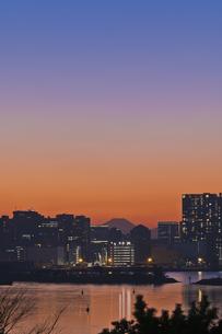 東京遠望 お台場からの富士暮色の写真素材 [FYI04814962]