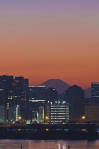 東京遠望 お台場からの富士暮色の写真素材 [FYI04814963]