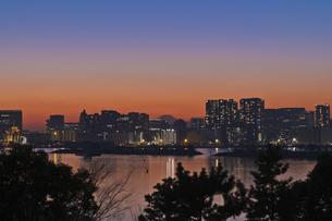東京遠望 お台場からの富士暮色の写真素材 [FYI04814965]